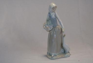 купить фарфор, статуэтка фарфоровая девочка с уткой, девочка с гусем,  NAO, Ладро,  (Lladro)