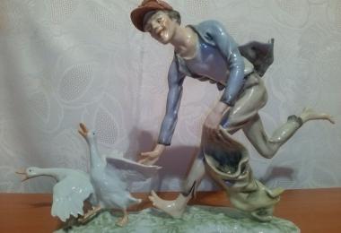 купить фарфор, фигура фарфоровая юноша с гусями, вор гусей фарфоровый, гусекрад фарфоровый, фарфор Германия, фарфор Алка Кунст (Alka Kunst), мальчик фарфоровый