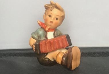 """Купить фарфоровую статуэтку,  купить фарфоровую статуэтку, Гебель, hummel club,  Hummel от Goebel, Hummel, Хуммель,  Goebel, Гебель, Der kleine Akkordeonspieler,   Der kleine Akkordeonspieler""""Hummel,  малыш с аккордеоном  Goebel, малыш с гармошкой фа"""