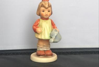 Купить фарфоровую статуэтку,  купить фарфоровую статуэтку, Гебель, hummel club,  Hummel от Goebel, Hummel Девочка с лейкой,   Muss noch gießen, Хуммель,  Goebel, Гебель, M aedchen mit Puppe  ,Девочка с лейкой  Hummel,  Goebel,  Девочка с куклой, фигурка Д