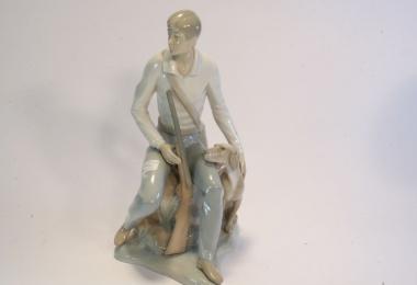 купить фарфоровую фигуру, фигура фарфоровая охотник с собакой,  охотник на отдыхе с собакой, Хуан Хуэрта (Juan Huerta),  Ладро  (Lladro)