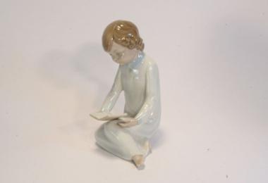 """купить фарфор, купить статуэтку фарфоровую """"Девочка, читающая книгу"""", фигурка девочка фарфоровая, девочка с книгой фарфор, купить фарфор Ладро (Lladro), Испания"""